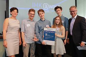 """Gewinner in der Kategorie """"Non-Profit"""": Die Informatik AG des Gymnasiums am Geroweiher (Foto: IHK)"""
