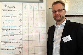 Thomas Mielke vor der Agenda